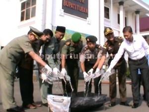 TEGAS : Pemusnahan barang bukti arak hasil razia dari Kecamatan Semanding saat dimusnahkan di halaman Kantor Bupati Tuban