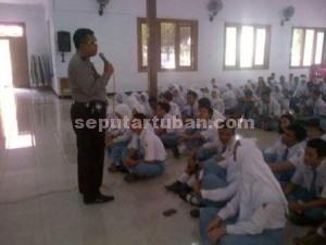 BLUSUKAN SEKOLAH : Anggota Sat Binmas Polres Tuban saat memberikan pendidikan lalu lintas kepada siswa
