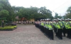 SIAGA : Kapolres Tuban, AKBP Guruh Arif Darmawan saat menyiagakan anggotanya sebelum melakukan pengamanan