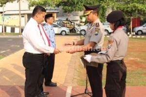 SEMANGAT BARU : Wakapolres Tuban, Kompol Ali Machfud saat menyerahkan penghargaan
