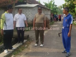 BERSAMA : Pimpinan Kecamatan Plumpang saat sebelum bersih desa dilakukan