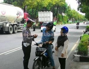 SEMUA DIPERIKSA : Tidak hanya pemotor saja, namun seluruh pengendara termasuk pengemudi kendaraan berat juga diperiksa petugas