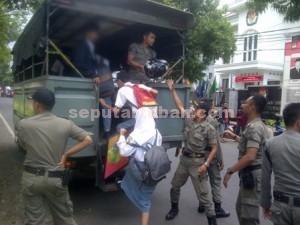 DIBAWA : Sejumlah siswa SMA sederajat yang akan dibawa ke Kantor Sat Pol PP Pemkab Tuban