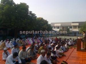 Khusyu : Sholat Gerhana Matahari di Halaman SMP Muhammadiyah Tuban