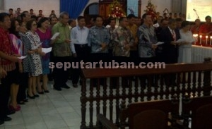 KUATKAN KEIMANAN : Jemaat Gereja Paroki St.Petrus Tuban saat menjalankan ibadat