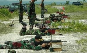 TEPAT SASARAN : Dandim 0811 Tuban. Letkol Sarwo Supriyo (paling depan) saat berlatih menembak bersama anggotanya