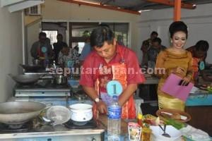 KESERUAN KARTINI : Adm Perhutani KPH Parengan, Daniel Budi Cahyono saat mengikuti lomba masak mi goreng