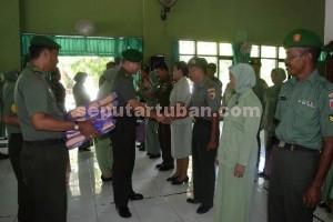 SELAMAT JALAN : Dandim 0811 Tuban didampingi Ketua Persit saat melepas anggota yang pensiun