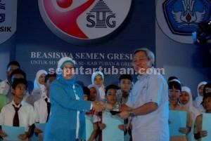 BERBAGI : Dalam sebuah kesempatan, Direktur Utama PT Semen Indonesia, Suparni saat menyampaikan bantuan pendidikan secara simbolis