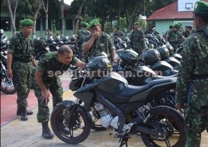 KERJA PRIMA : Dandim 0811/Tuban, Letkol Inf. Sarwo Supriyo saat memeriksa motor dinas