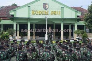 JAM DAN : Dandim 0811/Tuban. Letkol Inf. Sarwo Supriyo saat menyampaikan arahan dan motivasi kepada prajurit dan staf di Makodim