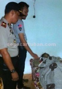 KEDUA KALI : Jasad korban saat diperiksa Kapolsek Montong, IPTU Rukimin dan anggotanya