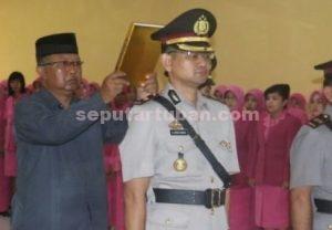 CINTA TUBAN : Kompol Arief Kristanto saat menjalani sumpah jabatan dalam Sertijab di ruang serbaguna Mapolres Tuban
