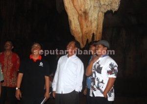 KAGUM : Bupati Tuban, Fathul Huda saat didampingi Adm KPH Parengan (baju hitam) dan Ketua Koperasi Wono Asih saat berada di ruang 2 Goa Putri Asih