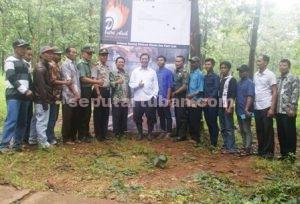 DUKUNGAN KUAT : Bupati Tuban, Pimpinan Kecamatan Montong dan masyarakat foto bersama usai kunjungan