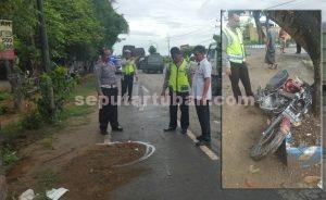 MENINGGAL DUNIA : Lokasi korban ditabrak bus dan kondisi sepeda motor ringsek usai tabrakan