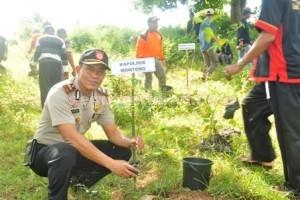 SEMANGAT : Kapolsek Montong, IPTU Rukimin menanam pohon