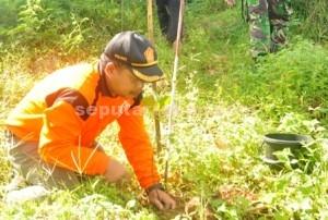 PEDULI : Asisten Perhutani (Asper) BKPH Montong, Nana Suhanda menanam pohon