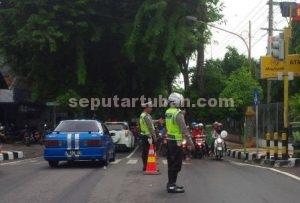 REKAYASA LALIN : Solusi Sat Lantas Polres Tuban melakukan rekayasa lalu lintas untuk mengurangi kemacetan di jalan Basuki Rachmat