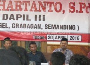 HANGAT : Anggota DPRD Tuban, Andhi Hartanto saat berdialog dengan masyarakat dalam Reses