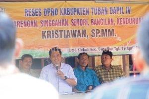 SEMANGAT : Anggota DPRD Tuban, Kristiawan saat memberikan jawaban dari pertanyaan hadirin