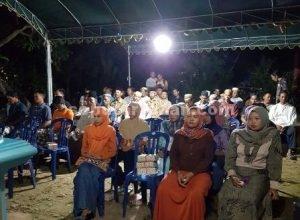 HIKMAT : Peserta reses dengan hikmat mendengarkan jawaban H. M. Miyadi menanggapi aspirasi masyarakat