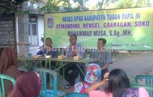 ANTUSIAS : Anggota DPRD Tuban, Muhammad Musa saat menyampaikan penjelasan kepada hadirin Reses