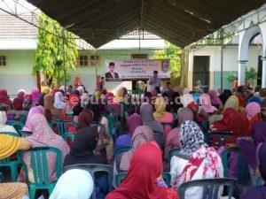 UNDANGAN BERLEBIH : Anggota DPRD Tuban, Warsito saat berdiskusi dengan 200 peserta Reses yang sebagian besar kalangan ibu-ibu
