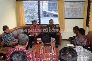 SERIUS : Dandim 0811 Tuban, Letkol Inf. Sarwo Supriyo didampingi Kepala Bulog Divre III, Efdal saat rapat koordinasi bersama para rekanan di Gudang Bulog Tuban
