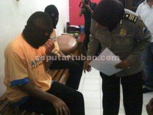 MALU : Tersangka saat ditanya diruang Sat Reskrim Polres Tuban