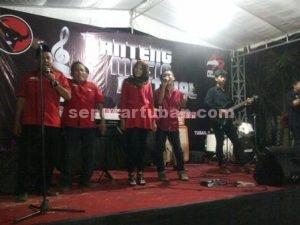 GRENG MUSIKNYA : Ketua DPC PDI Perjuangan Tuban, Andhi Hartanto (pegang mik) ditengah acara Batheng Musik Festival