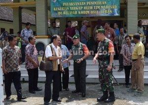 BLUSUKAN : Tim Sergap Mabes AD dan Kementan saat usai berdialog dengan petani didampingi Dandim 0811 Tuban