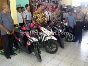 KEMBALI LEGA : Para pemilik motor menerima saat menerima penyerahan dari Kapolres Tuban