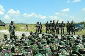 LEBIH PROFESIONAL : Dandim 0811 Tuban, Letkol Sarwo Supriyo saat memberikan arahan kepada prajurit yang berlatih menembak