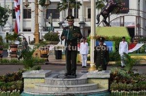 AMANAT IRUP : Dandim 0811 Tuban, Letkol Inf. Sarwo Supriyo saat membacakan amanat Menteri Komunikasi dan Informasi RI