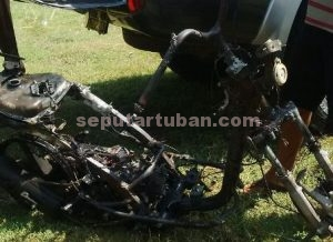 HANGUS : Kondisi sepeda motor terduga pelaku yang hangus usai dibakar warga
