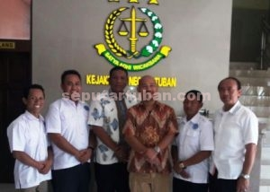 Pengurus LDP KumHam saat di Kejaksaan Negeri Tuban usai pertemuan