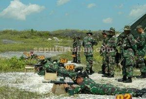 LEBIH PROFESIONAL : Dandim 0811 Tuban, Letkol Sarwo Supriyo saat bersama prajurit berlatih menembak