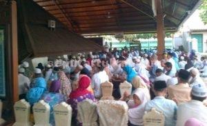 RAMAI : Para peziarah saat di komplek Makam Sunan Bonang