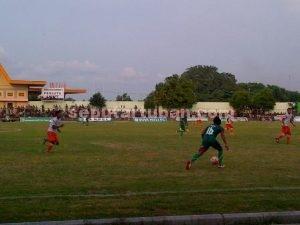 KEMENANGAN PERTAMA : Pertandingan Tim Persatu Tuban saat menjamu Laga FC Surabaya