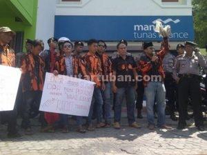 TOLAK FINANCE : Aktivis Pemuda Pancasila saat melakukan aksi unjukrasa didepan Mandiri Finance