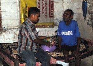 BLUSUKAN : Pengurus paguyuban tabungan akhirat saat mendatangi menyerahkan paket sembako ke rumah warga