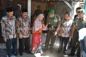 SEMANGAT PEDULI : Pangdam V Brawijaya berjabat tangan dengan pemilik RTLH didampingi Gubernur Jatim, Bupati dan Wakil Bupati Tuban serta Dandim 0811 Tuban