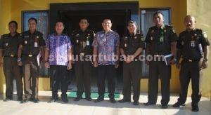 MONITORING : Didik Mukrianto bersama Pimpinan dan staf Kejaksaan Negeri Tuban