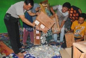BAHAGIA : Menuangkan isi kotak tabungan akhirat