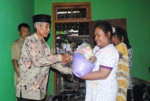 BERBAGI : Penyerahan bantuan paket sembako kepada penerima manfaat secara simbolis