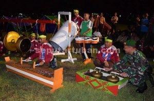 HANGAT : Dandim Tuban saat bermain musik tongklek dengan siswa