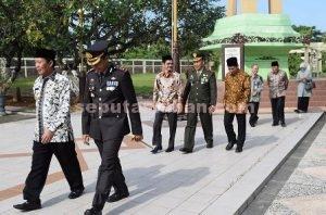 ZIARAH : Pimpinan daerah Tuban saat di kawasan makam taman pahlawan Ronggolawe