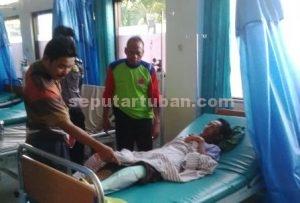 TEGA : Kapolsek Parengan didampingi Kanit Reskrim dan anggotanya saat menjenguk korban di rumah sakit