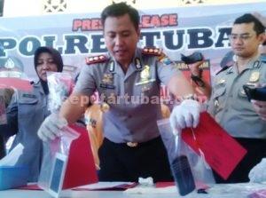 MAHASISWA JAMBRET : Kapolres Tuban, AKBP Fadly Samad menunjukkan barang bukti hasil jambret